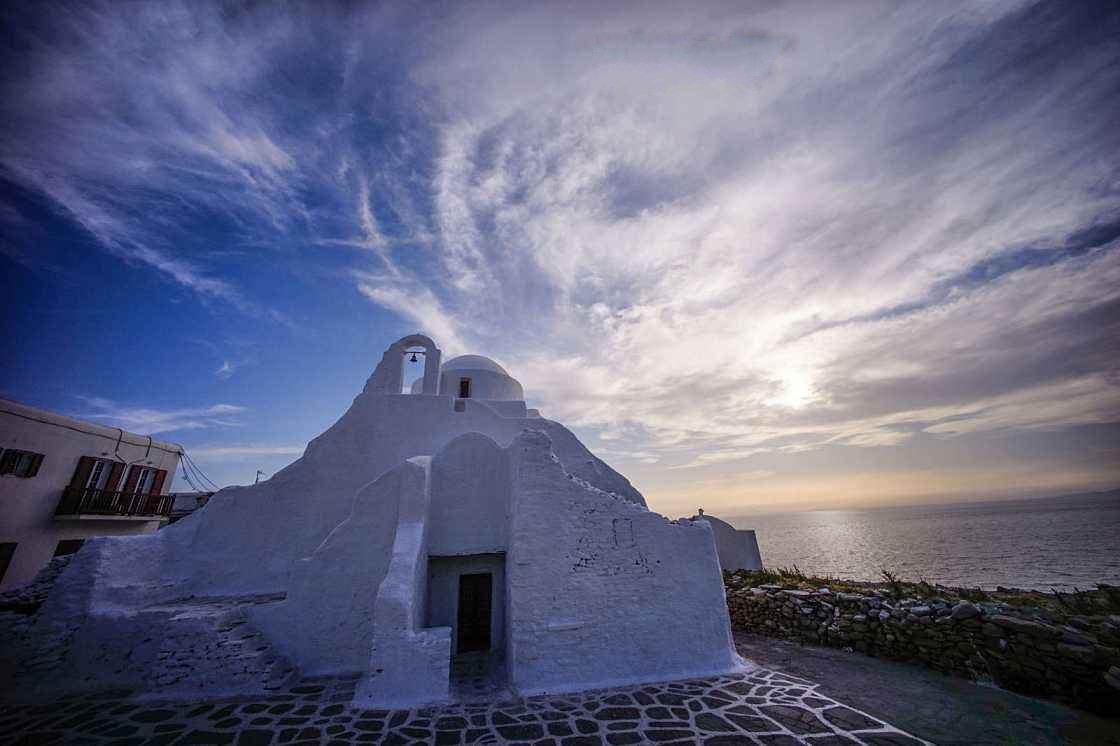 在大海和海鸥的映衬之下,白教堂都是爱琴海上的最美妙绝伦的画面.