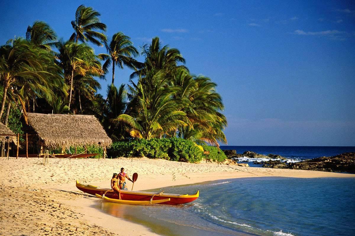 简介   夏威夷是多数情侣梦想中的蜜月天堂,也是多种文化汇集交融的大熔炉。它是美国种族最为多样、人口最为复杂的社会。世界上很难找到像夏威夷这样一个令人身心完全放松的热带环境。夏威夷群岛由8个火山岛组成,分别是夏威夷大岛、茂宜岛、欧胡岛、可爱岛、你好岛、摩洛凯岛、拉纳岛、卡霍奥拉韦岛,其中你好岛是夏威夷群岛中唯一拒绝加入美国的岛屿,全岛为罗宾逊家族私人所有,禁止游客进入。卡霍奥拉韦岛上无水源,又被称为死亡之岛,无人居 住,也不可以参观访问。其他岛屿都有着丰富的旅游资源和鲜明的个性,它们用不同风格的活动